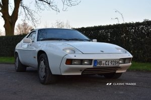 Porsche 928 vor Metropole seitlich