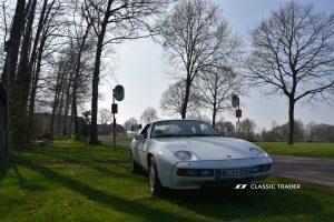 Porsche 928 roadside