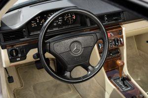 Mercedes-Benz C 124 Coupe Cockpit (11)
